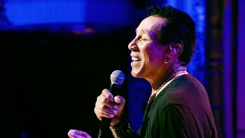 "Living Legend Smokey Robinson Performs His Soulful Single ""Cruisin'"""
