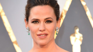 What's on Jennifer Garner's Bookshelf?