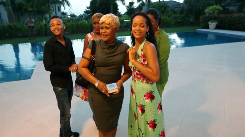 Rihanna Gives Her Mother the Surprise of a Lifetime - Video