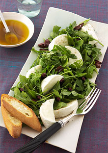 Mozzarella and Arugula Salad with Croutons and Black Olives