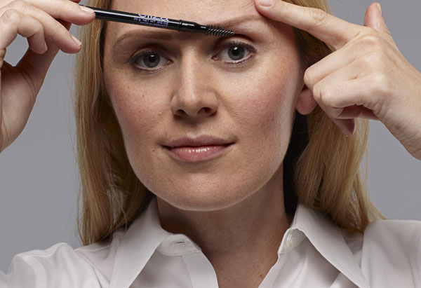How to define brows - use a brush to blend the color