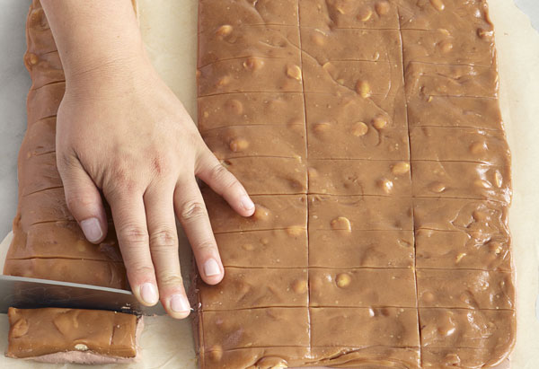 Cutting nougat and caramel into bars