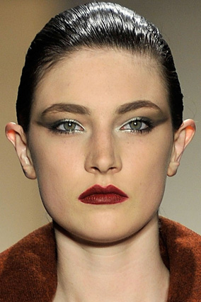 Smoky eyes and red lips