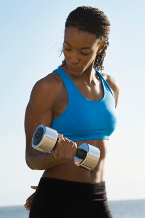 woman doing bicep curls