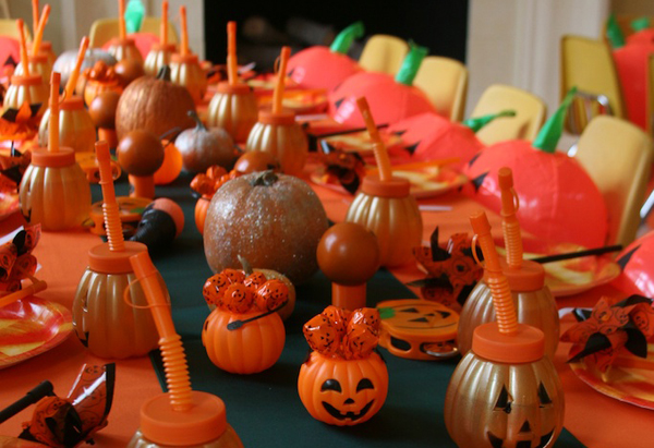 Table with pumpkin party decorations