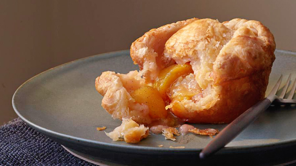 peach and vanilla puff pastry pies