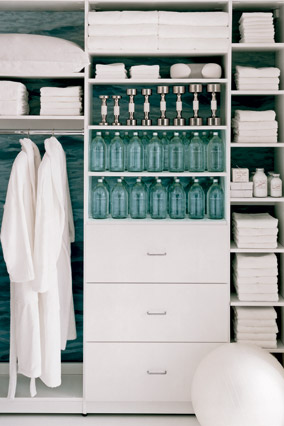 To complete the spa room, an ample closet houses bathrobes, towels, dumbbells, water and spa products.