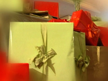 Wrapping gifts in color scheme
