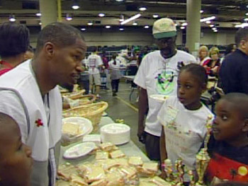 Jamie Foxx helps Hurricane Katrina evacuees