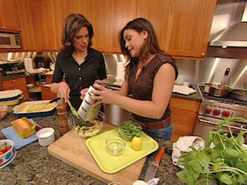 Rachael Ray and Soledad O'Brien prepare a picnic.