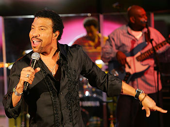 Lionel Richie sings 'Dancing on the Ceiling'