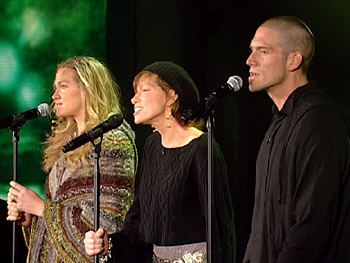 Ben Taylor, Sally Taylor and Carly Simon sing 'You Can Close Your Eyes.'