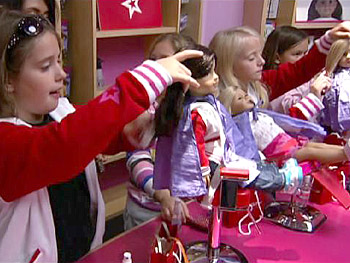 Girls make their dolls beautiful at the salon.