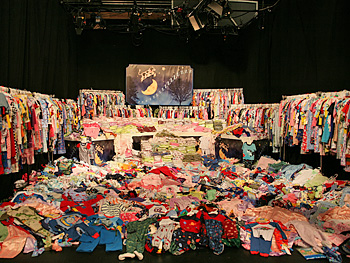 The audience collected 32,046 pairs of pajamas for needy children.