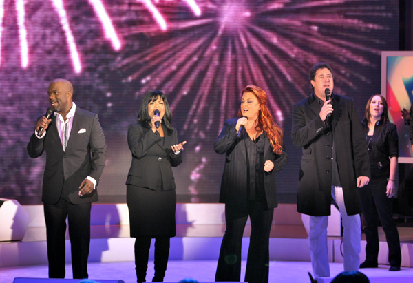 BeBe Winans, CeCe Winans, Vince Gill and Wynonna Judd perform together.