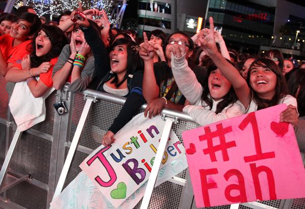 Fans go crazy for Justin Bieber