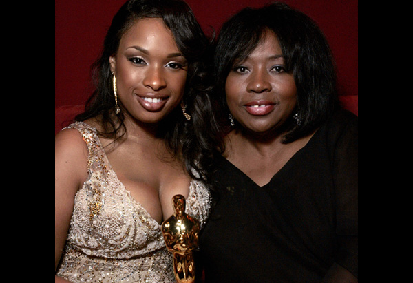Jennifer Hudson holding her Academy Award with her mother in 2007